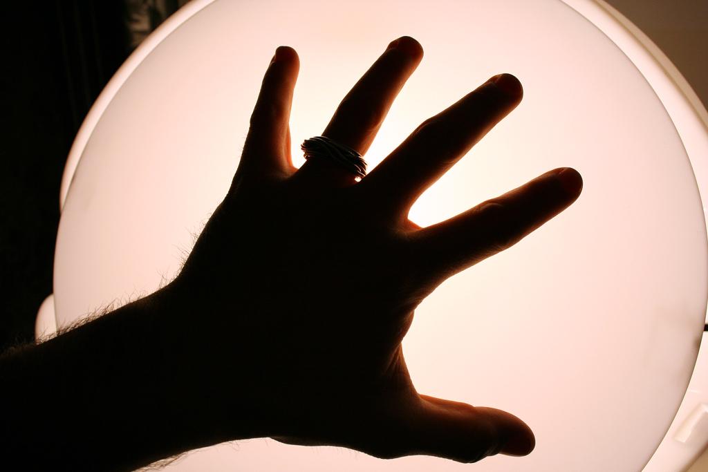 Je lamp aan- en uitschakelen door er met je hand over te bewegen.